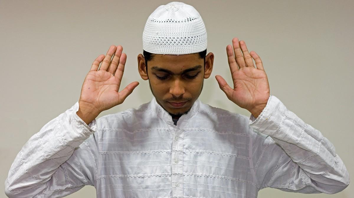 Muslim guy pray